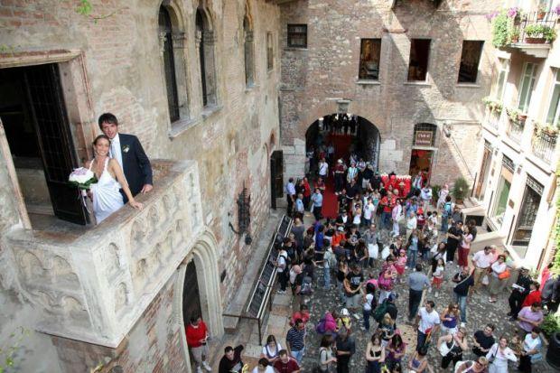Matrimonio Tema Romeo E Giulietta : Verona matrimonio nella casa di giulietta panorama sposi