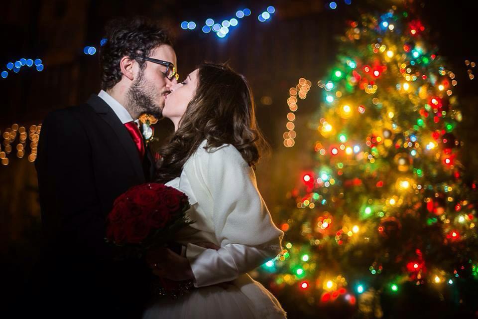 Matrimonio a Natale, il bacio degli sposi
