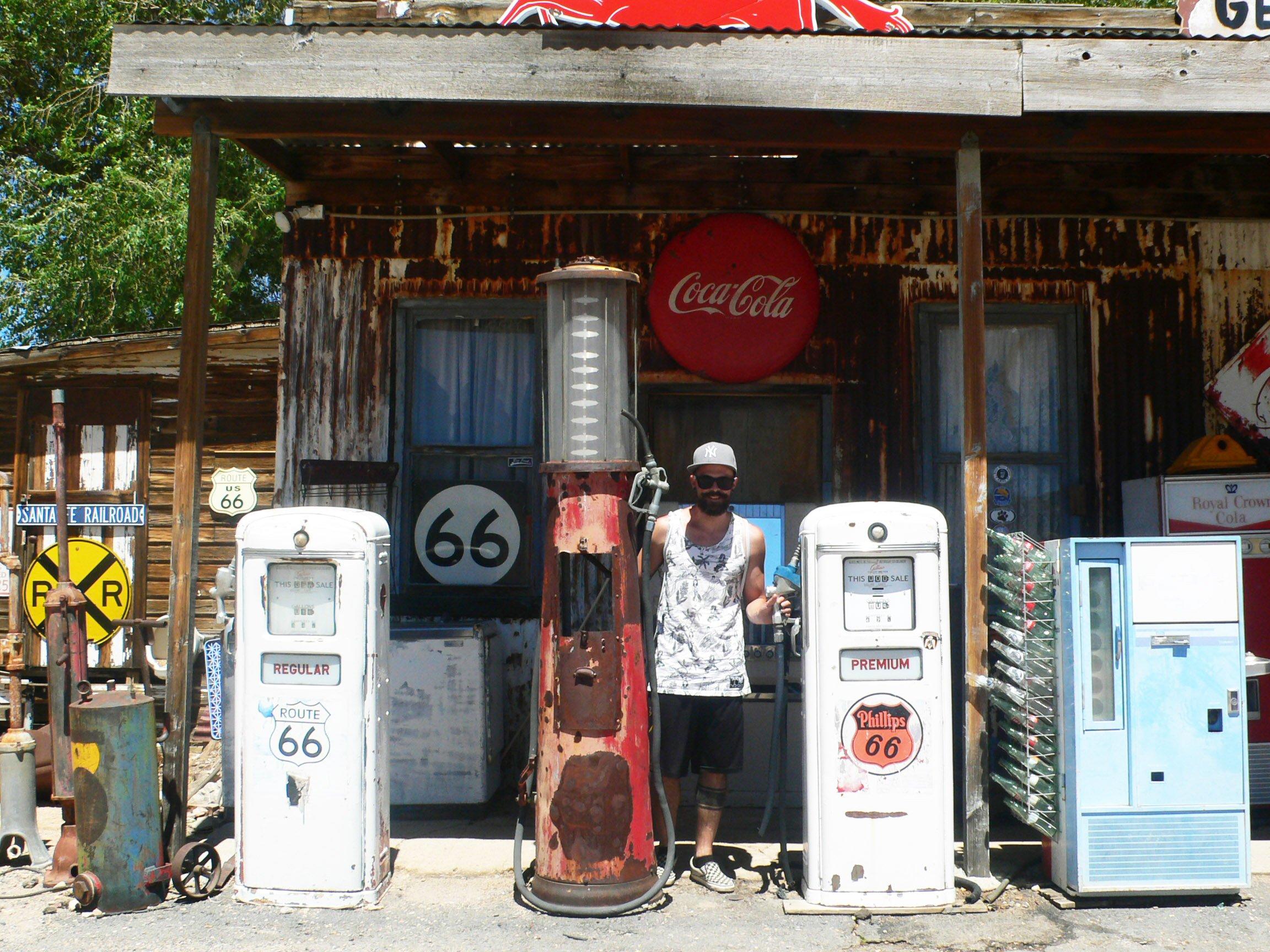Denny tra le vecchie pompe di benzina