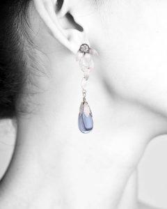 Yvone Christa New York Collezione Lotus orecchino indossato goccia azzurra