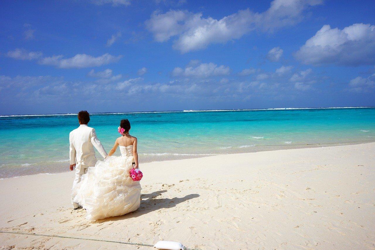 sposa e sposo sulla spiaggia