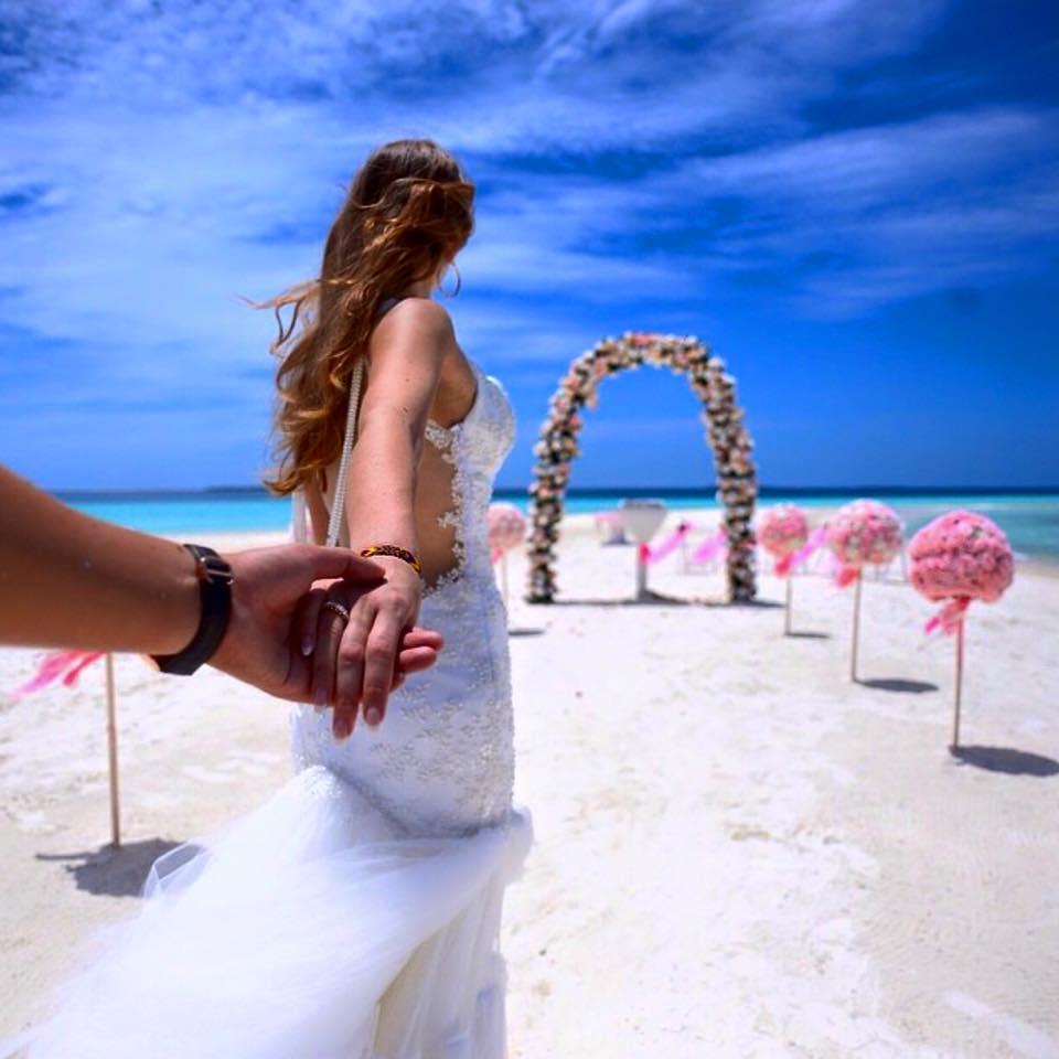 Matrimonio alle Maldive in spiaggia. Photo courtesy: Four Seasons