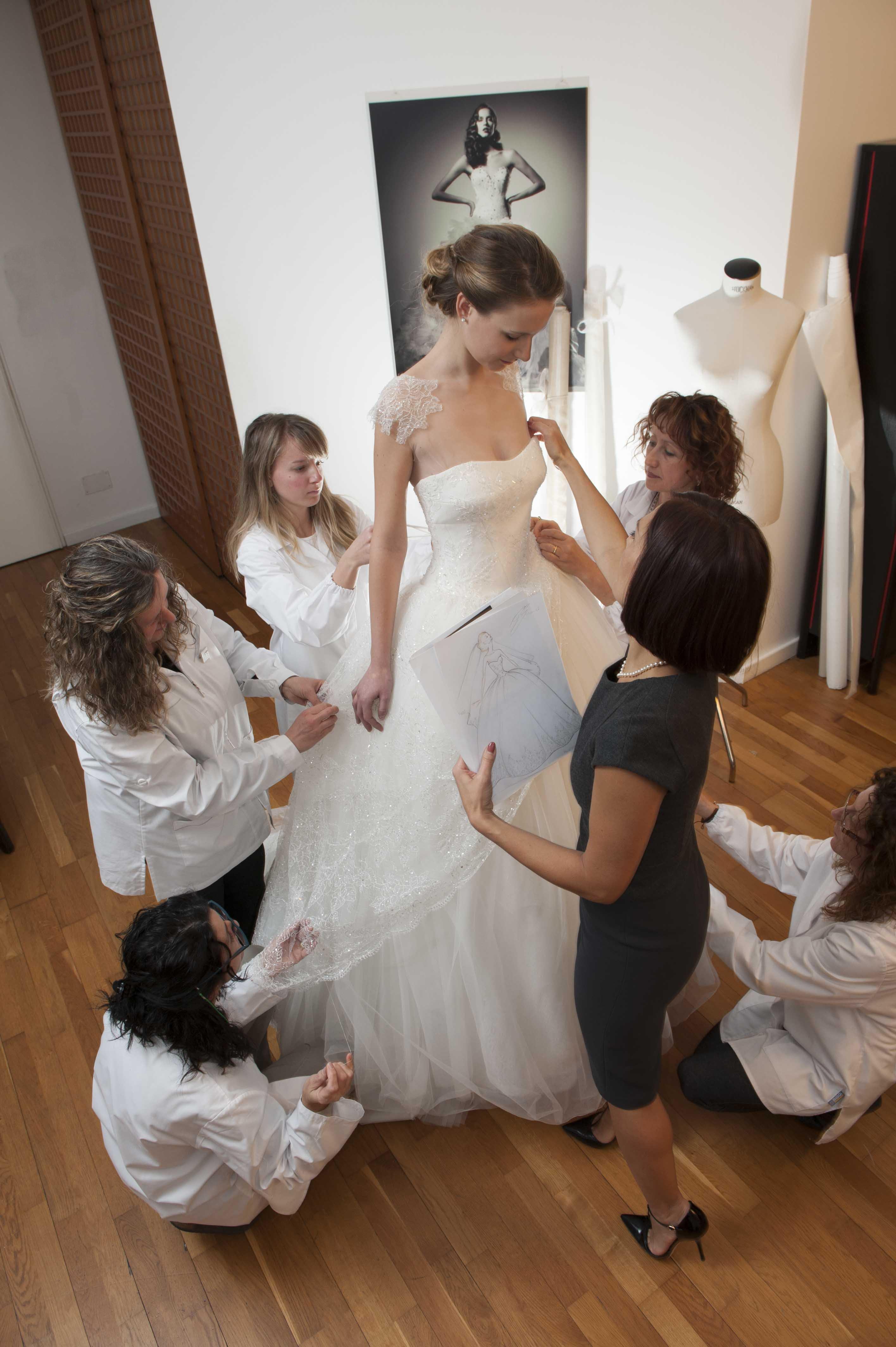 La stilista delle spose al lavoro