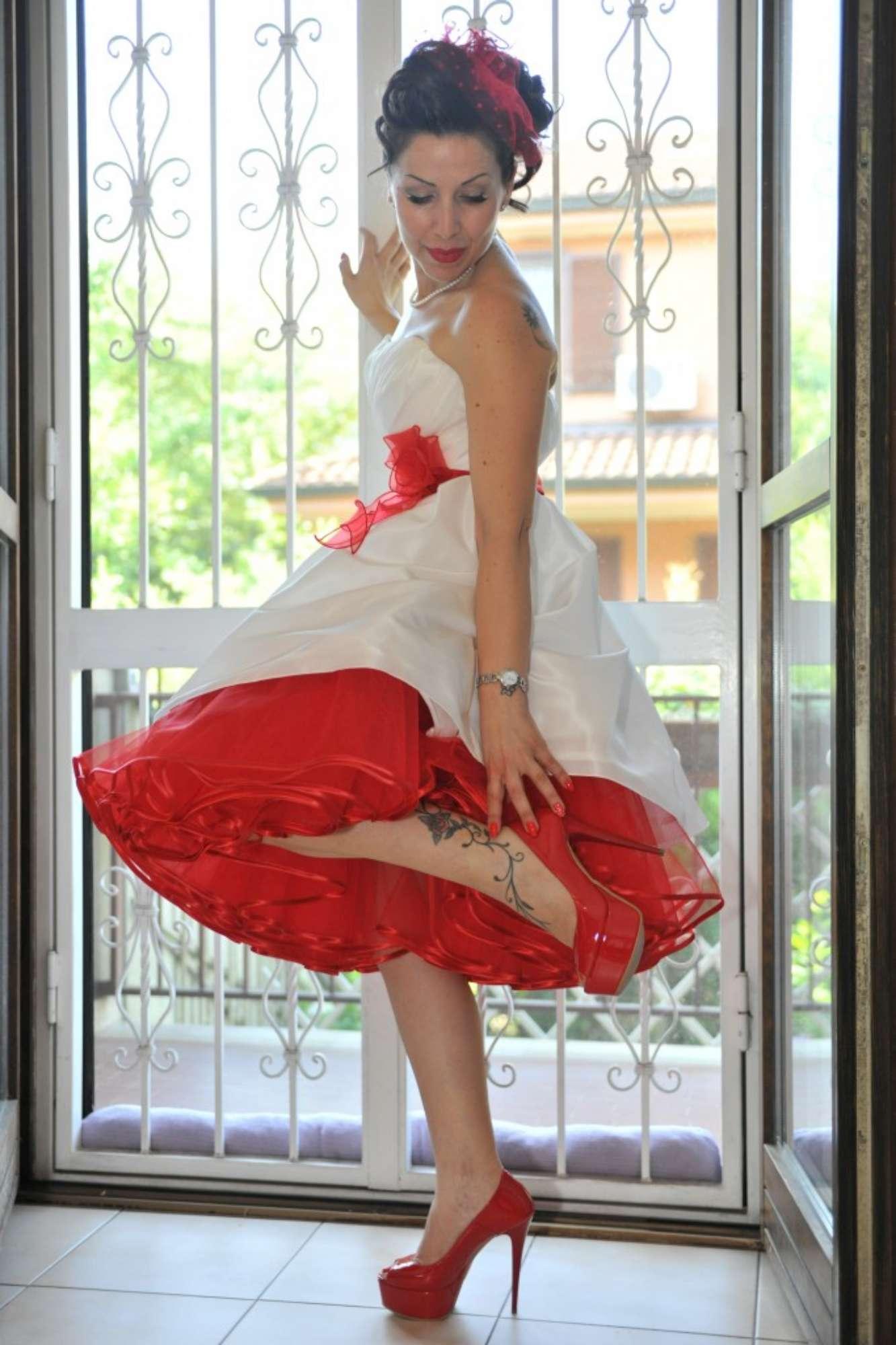 Paola nel suo abito adattato per essere in perfetto stile anni 50