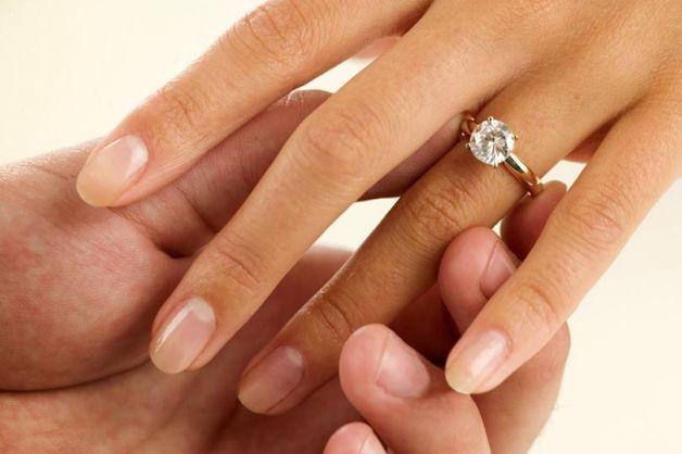 Il regalo della suocera, l'anello di fidanzamento