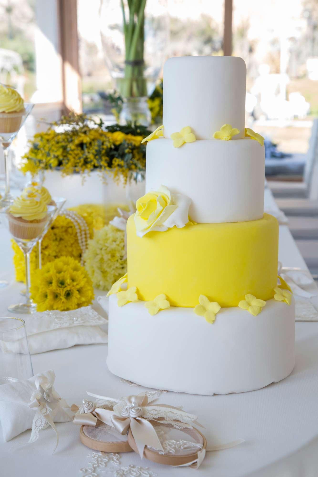 Matrimonio In Giallo E Bianco : Matrimonio in giallo festa della donna marzo