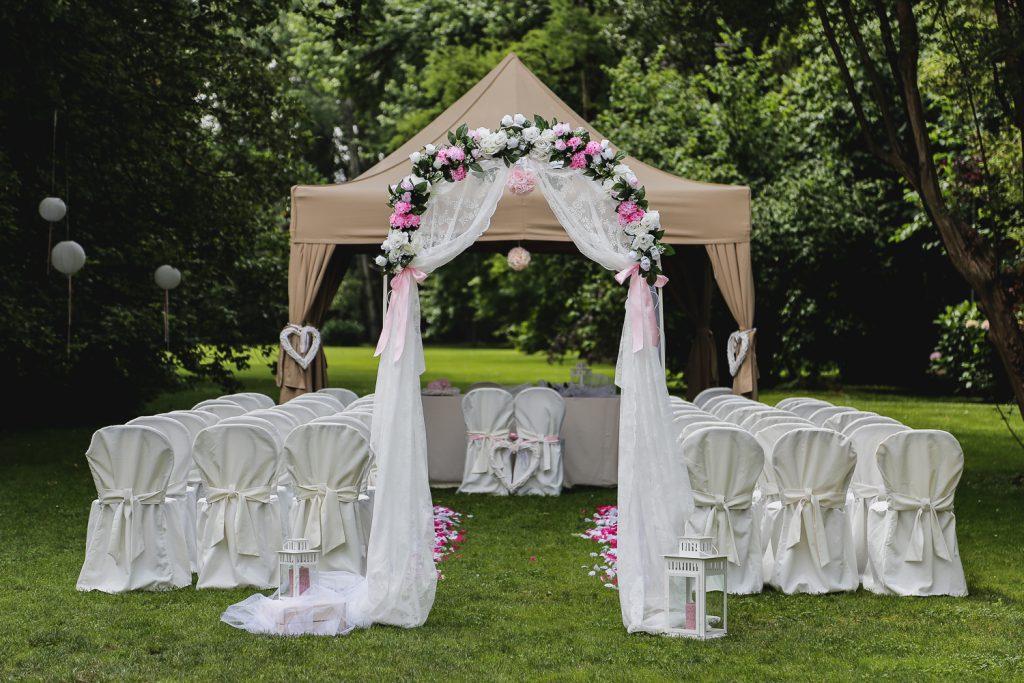 L'arco all'ingresso della cerimonia all'aperto