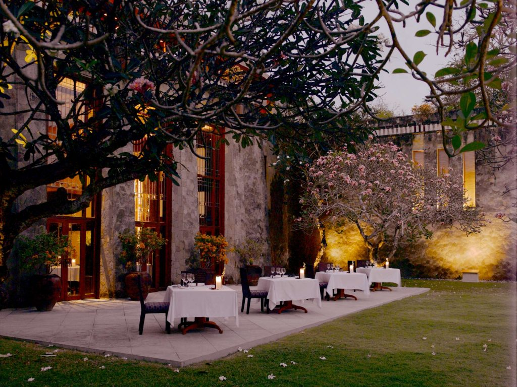rs575_amanusa-restaurant-and-courtyard-2000
