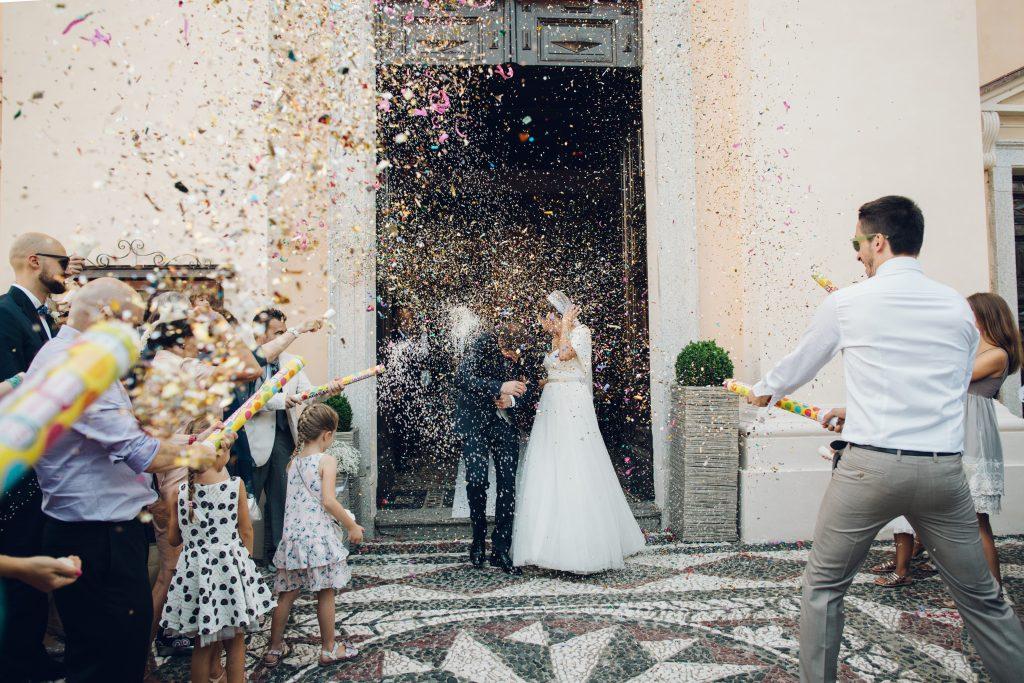 Matrimonio Lorenzo e Vittoria, l'uscita degli sposi dalla chiesa