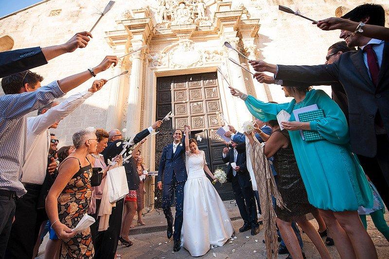Matrimonio in bianco, l'uscita degli sposi dalla chiesa