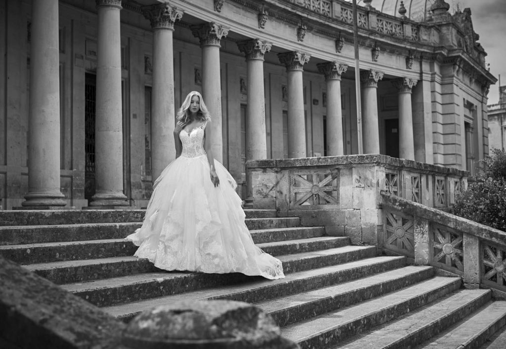 Sofia Haute Couture : Abito con gonna ampia a balze, inserti di pizzo e preziosi ricami per il corpino