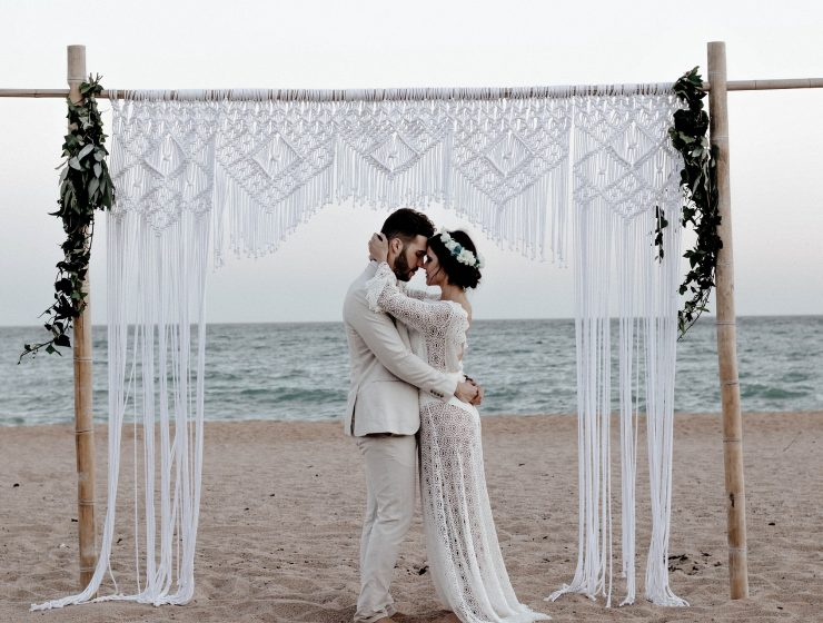 sposi abbracciati in riva al mare