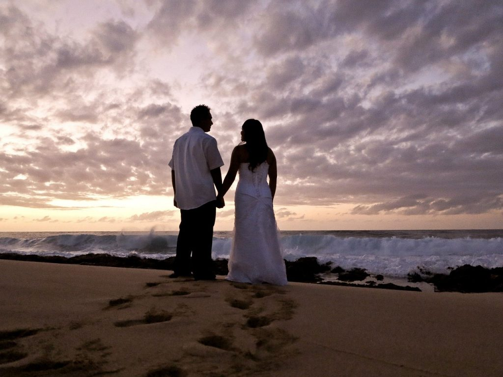 matrimonio hawaii sposi in spiaggia