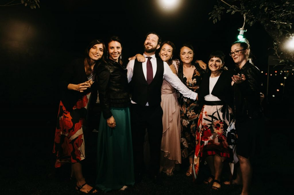 matrimonio ecologico, foto con gli amici